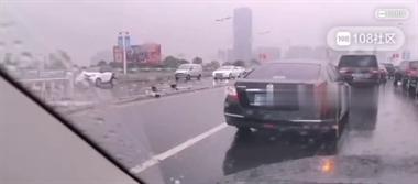 女司机懵了!三环桥发生离奇事故 十几米护栏全被撞倒