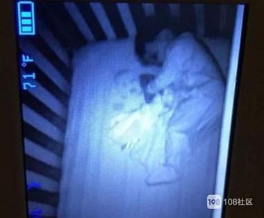 """透过监视器,妈妈发现儿子身边躺着个""""鬼娃娃""""…最后我笑了"""