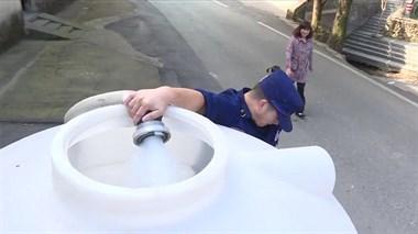 村口众多德清人拿大桶接水!洒水车、消防车都来了