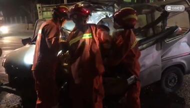 司机双腿卡方向盘下呻吟!104国道2车相撞,消防现场破拆