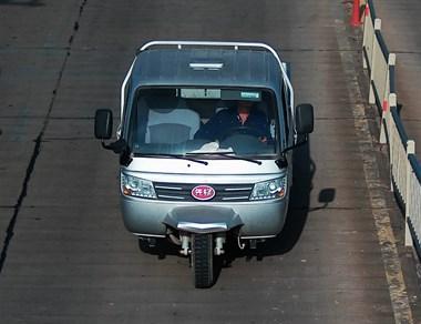 嵊州交警在找你!蛟澄线撞人逃跑,车牌清晰被拍下