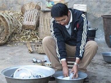 女人难伺候!休息天只顾玩,还让上班的老公洗碗