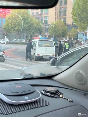 刚刚!曙光路有人被塞进警车带走 据说是因为这种事…