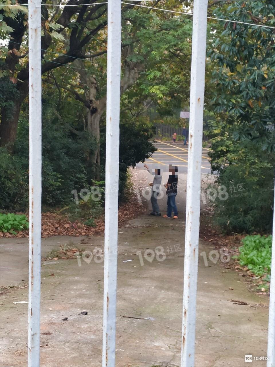 怒了!城隍山这2人竟跑到我家门口,干下这缺德事!