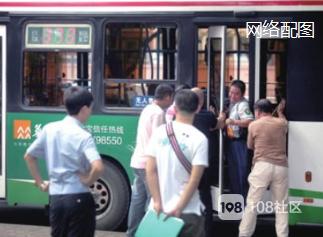 公交上陌生男子抱住女同事就要亲,吓得我惊声尖叫!