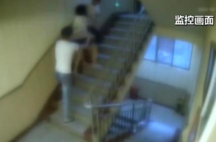20岁女孩酒店被2男子拖进房间,半小时后跳楼