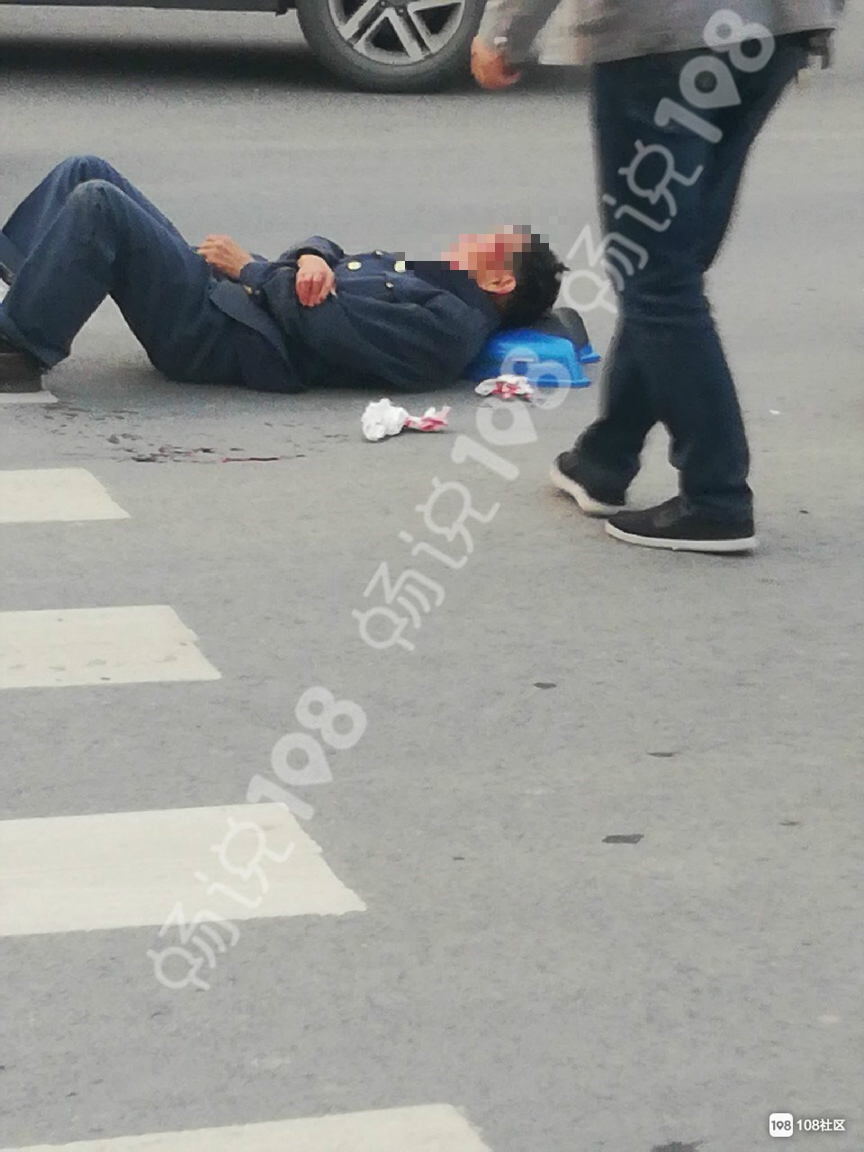 道墟车祸!男子闯红灯被撞,头部流血表情痛苦