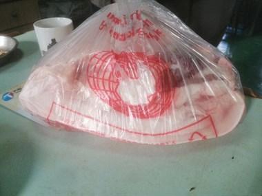流口水!越城老板太阔气,每人发10斤猪肉抱回家