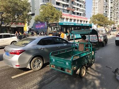 救援车也到达现场,交警也对司机测试酒驾,好想没有喝酒