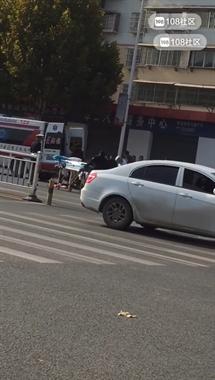 南河一老人骑车被撞倒!两人双双躺地不起…来了2辆救护车