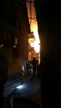 里村童街一老房突燃大火 烧得一片红!消防紧急出动