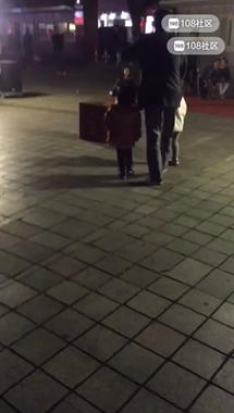 白天收满一箱子钱,晚上跑到中心广场!女孩直接给100