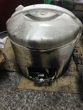 社友@何巴罢难得自己做饭,竟把电饭煲烧成这样!
