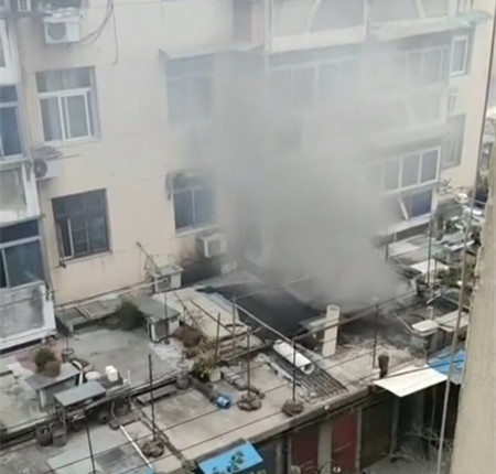 锅底烧糊,群安小区一住户家起火!消防车、特警车都来了