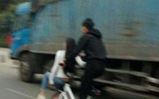 24岁女子坐单车车篮不慎掉落 遭搅拌车碾压致死!