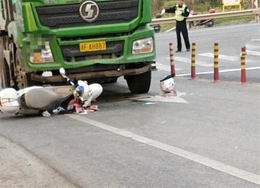 """惨烈!""""死亡路口""""又撞车,电瓶车车主消失在货车下"""