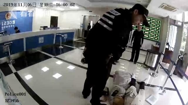 衢州一女子躺检察院大厅撒泼,还咬伤了民警,原因竟是…