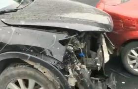 平江路口两轿车相撞!车头撞毁严重,现场一片狼藉