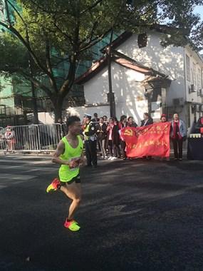 绍兴国际马拉松赛,有个绍兴医生为受伤的运动员按摩和捏脚。
