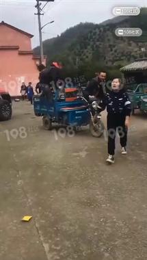 汪涵林依轮来绍兴了!就在这个小乡村,还骑着三轮车...
