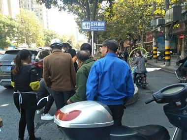 人民公园一白发老大爷骑车被撞 开车的小伙吓坏了!