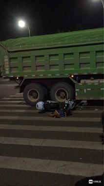 城南大车车祸!一女子连人带车被卷入车底,瞳孔已扩散