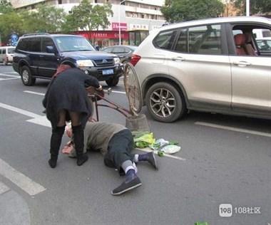 澄潭中学门口撞倒同村老人,他撂下句话开车就走了