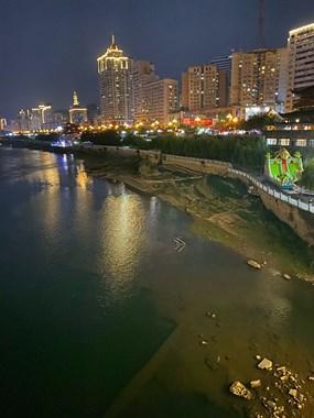 吓人!九峰桥俩孩子溺水,一个在水里挣扎疯狂喊救命