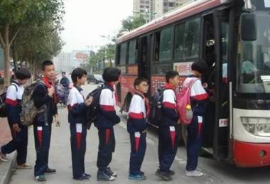 水南学生为这事逼停公交车,吓得我上车还一阵后怕