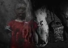 男孩身穿红裙诡异死亡,脚上挂着秤砣双手悬在梁上