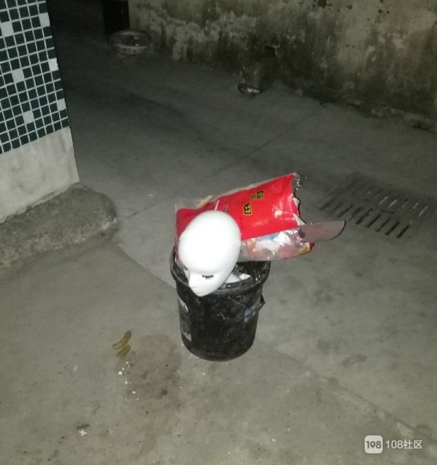 """吓""""死""""!晚上出门,突然看到一个脑袋在路中间..."""