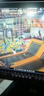 视频曝光!小孩在金鼎玩蹦床下巴被磕出血 缝了3针!