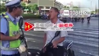 骚操作!男子被交警拦下后突然尬舞,像螃蟹一样跑了