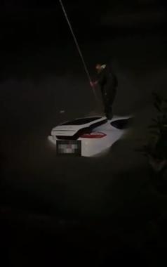 """惊险!保时捷大晚上冲进河里,司机""""消失""""!众人围观"""
