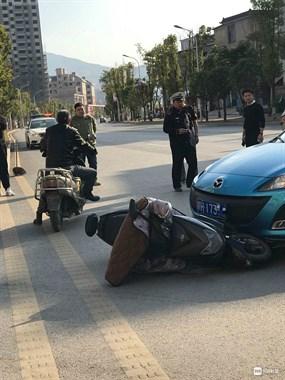 瓷都女子骑车被车撞倒在地起不了身 当场被120抬走