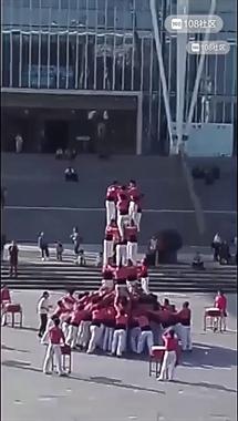 德清图书馆前一堆男女叠人塔!他们上过央视和吉尼斯世界纪录