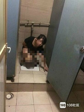 """德清小伙惊呆!几个姑娘在男厕蹲着""""方便"""",被看还很淡定…"""