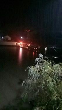 甘霖汽车掉进水塘!女乘客逃出,男司机抢救无效死亡