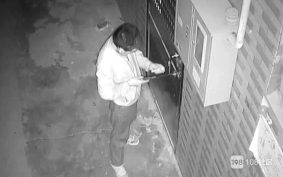 隔壁住了个小偷!半夜来撬我家门偷东西 被我老公撞见…