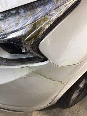 心疼!才买一年的新车被撞得体无完肤,我还赔了5千