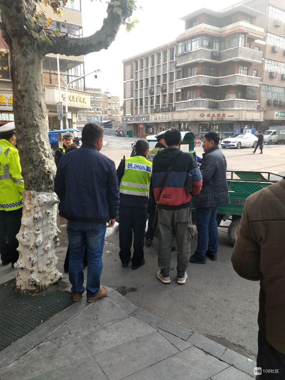 乾元街头三轮车非法载多人!交警到场处理,车和人都带走…