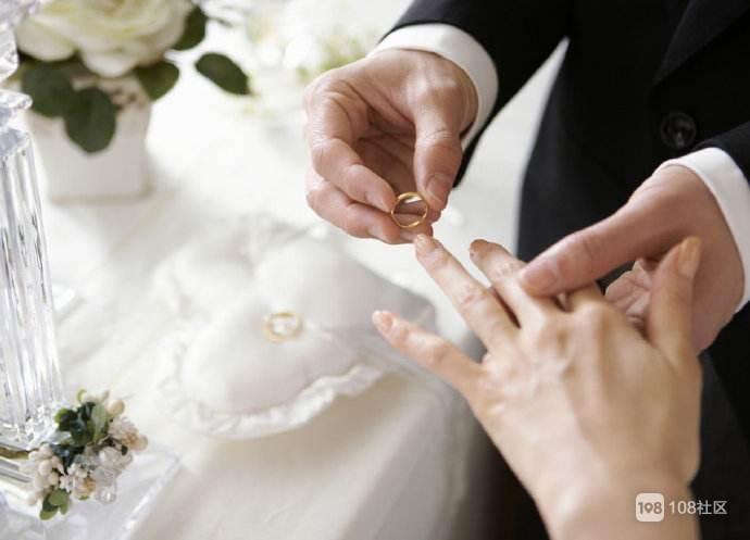 年轻人结婚要配齐!婚结完,欠一屁股债