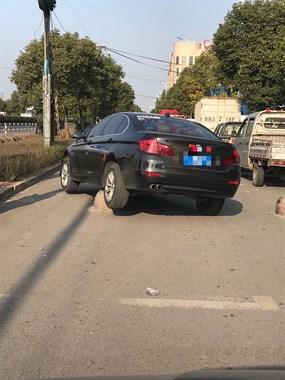 哭笑不得!路遇女司机把车开上了石墩,车屁股都翘起来了!