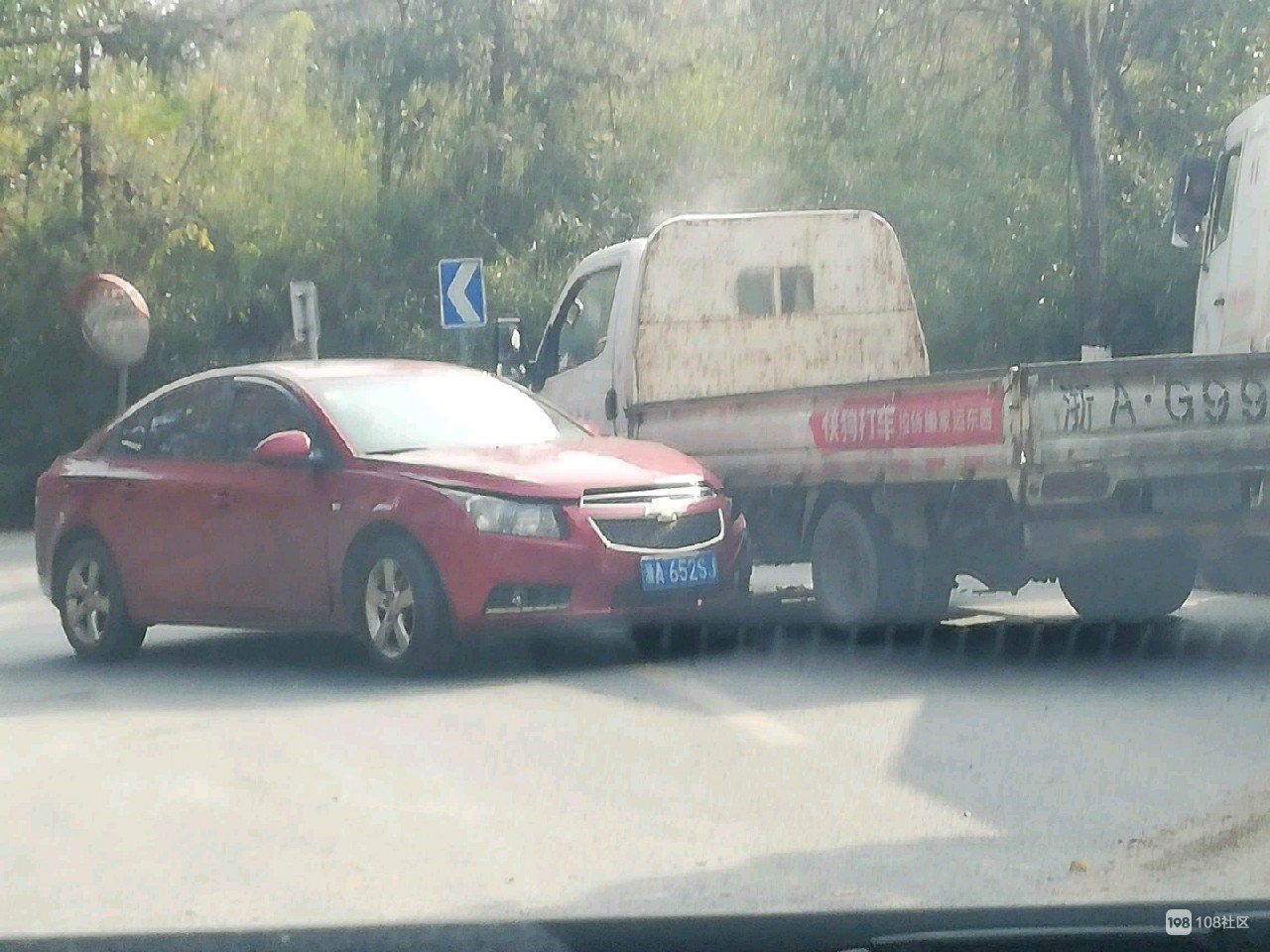 兰树坑一轿车变道逆行撞上对面货车,前侧撞烂惨不忍睹…