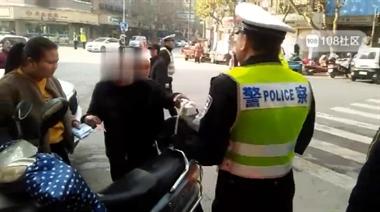 乾元交警在十市街囗抓违法,一男子不服爆粗口!当场被…