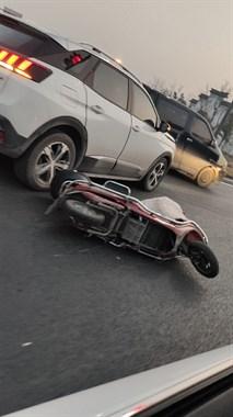 桐德路,小车撞电拼车