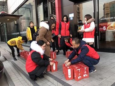 我要上电视啦!衢州街头好多人在领礼品…记者还采访了我!