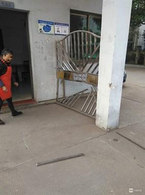 """路上飞来一只""""巨无霸""""!嵊州一厂不锈钢大门被撞散架"""