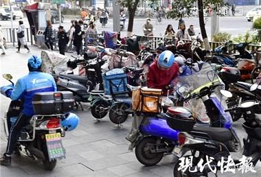 """南京49岁外卖骑手出租屋内猝死,白天还在""""拼命""""跑单"""