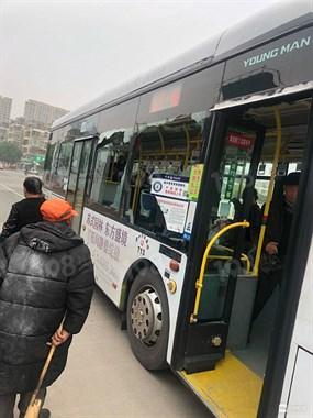 嵊州路太颠簸,公交车玻璃被震碎!掉出窗外砸向…